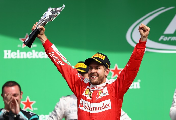 Sebastian Vettel celebra no pódio do GP do México, antes de punição (Foto: Getty Images)