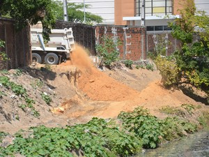 Semam recebeu denúncia de que caminhão estaria jogando terra nas margens do Rio Jaguaribe (Foto: Walter Paparazzo/G1)