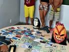 Trio detido no AM usava máscara de monstro e arma falsa em arrastões