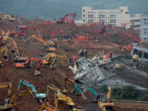 Equipes de resgate buscam sobreviventes em área de deslizamento de terra em Shenzhen, na China, nesta terça-feira (22) (Foto: Andy Wong/AP)