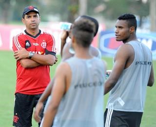 técnico do Flamengo Cleber dos Santos com equipe sub-20 que vai disputar a Copinha 02 (Foto: Assessoria de imprensa do Flamengo)
