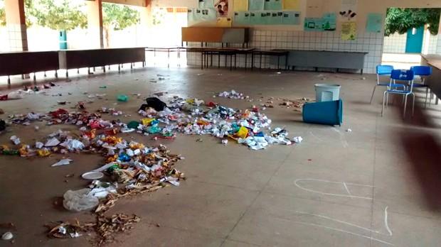 Escola Estadual Jerônimo Vingt-Rosado, em Mossoró, foi atacada por vândalos; pátio ficou repleto de lixo (Foto: Thiago Roberto/G1)