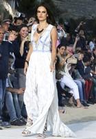 Alessandra Ambrósio usa vestido decotado em desfile na Grécia