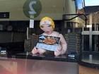 Restaurante fast-food exibe boneca inflável segurando menu e é criticado