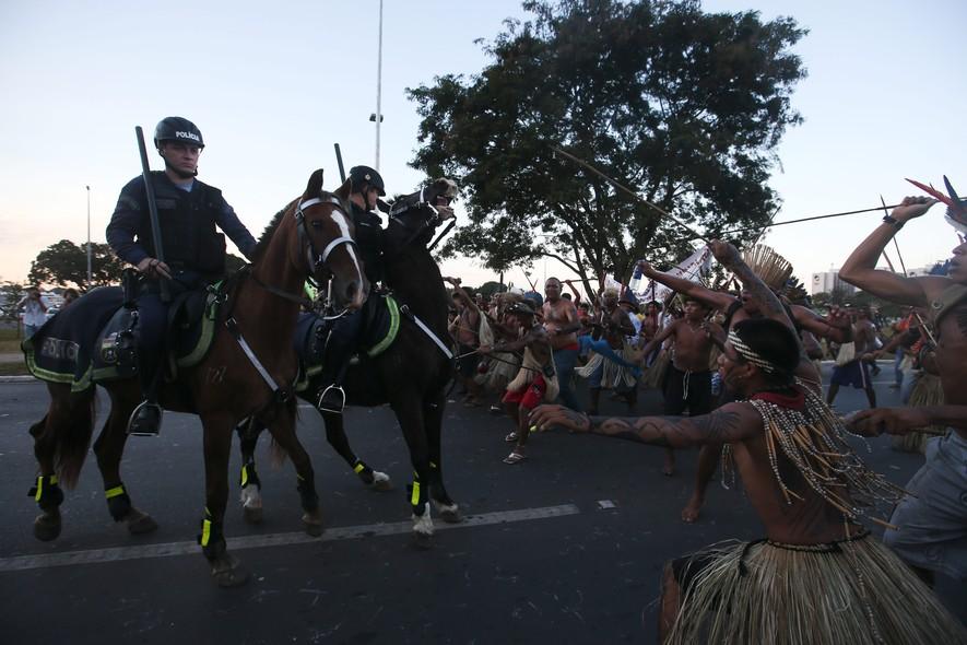 Durante protesto contra a Copa, indígenas ameaçam policiais da cavalaria da PM do Distrito Federal