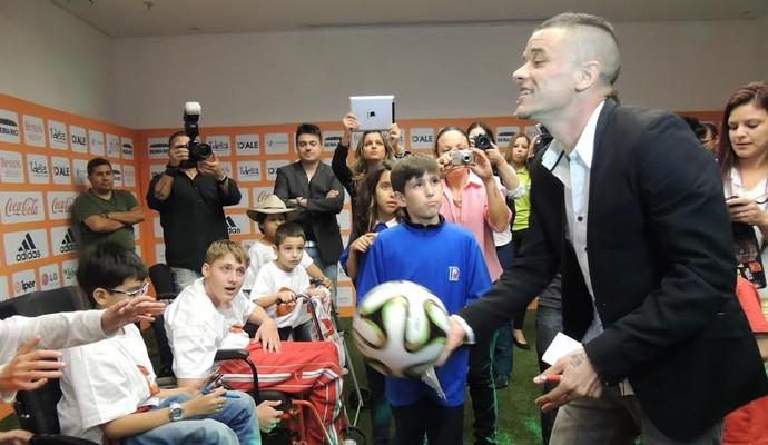 D'Alessandro brinca com crianças após apresentar jogo beneficente (Foto: Tomás Hammes/GloboEsporte.com)