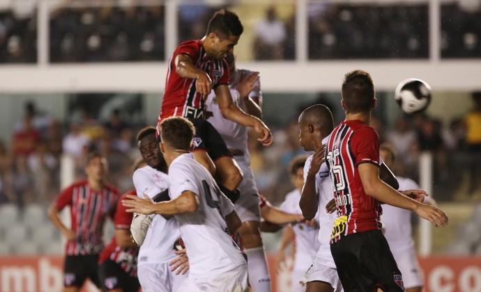 Alan Kardec ganha de Gustavo Henrique e faz o gol do São Paulo no empate em 1 a 1 com o Santos (Foto: Rubens Chiri / saopaulofc.net)