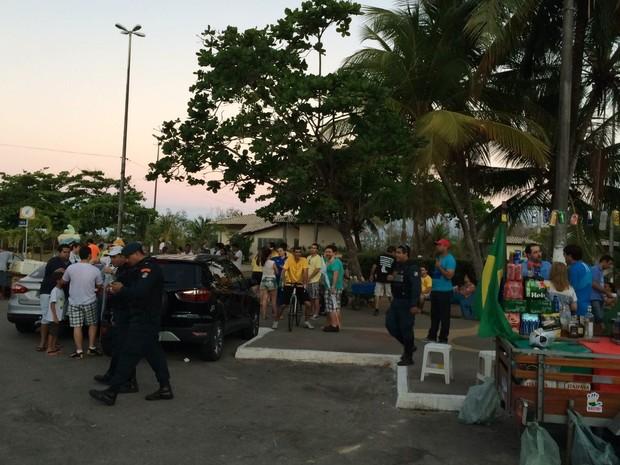 ARACAJU (SE) - Após o fim da caminhada, os manifestantes cantaram o Hino Nacional e encerraram o ato no Mirante da 13 de Julho (ponto de partida) (Foto: Tássio Andrade/G1)