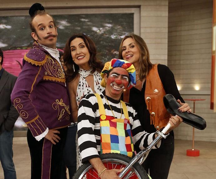 Convidados e a Juliana Sana tiram foto com a apresentadora  (Foto: Raphael Dias/Gshow)