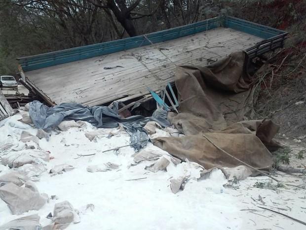 Caminhão transportava minério e passava pelo distrito de Itaoca Pedra, espírito santo (Foto: Leitor/ A Gazeta)