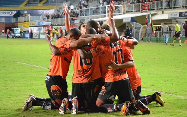 jogadores gol Joinville (Foto: Leandro Ferreira / Futura Press)