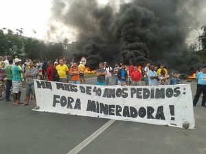 Moradores realizam protesto na BR-101, na Serra (Foto:  Roger Santana/ TV Gazeta)