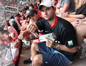 torcedor reclama falta de assento estádio Mané Garrincha (Foto: Fabrício Marques)