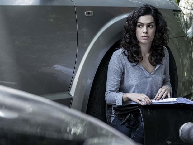 Camila acha o dossiê que tanto interessa a Braga (Foto: Ellen Soares / TV Globo)