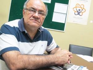 Professor de química orienta estudante a otimizar o tempo durante as questões (Foto: Catarina Costa / G1)