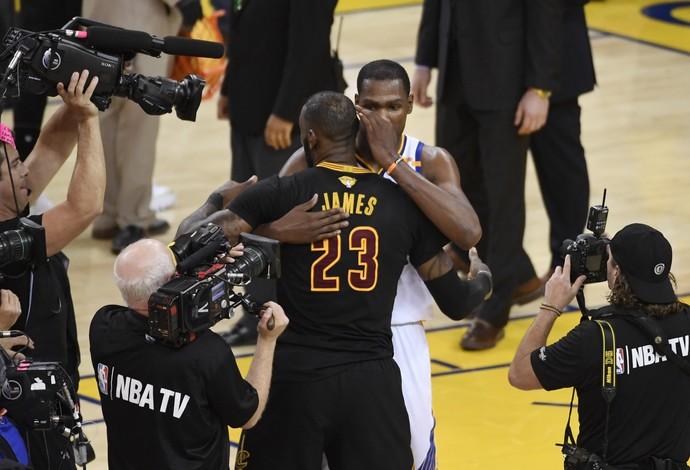 Kevin Durant ganhou abraço de reconhecimento de LeBron James após Warriors x Cavaliers (Foto: Reuters/Kyle Terada-USA TODAY Sports)