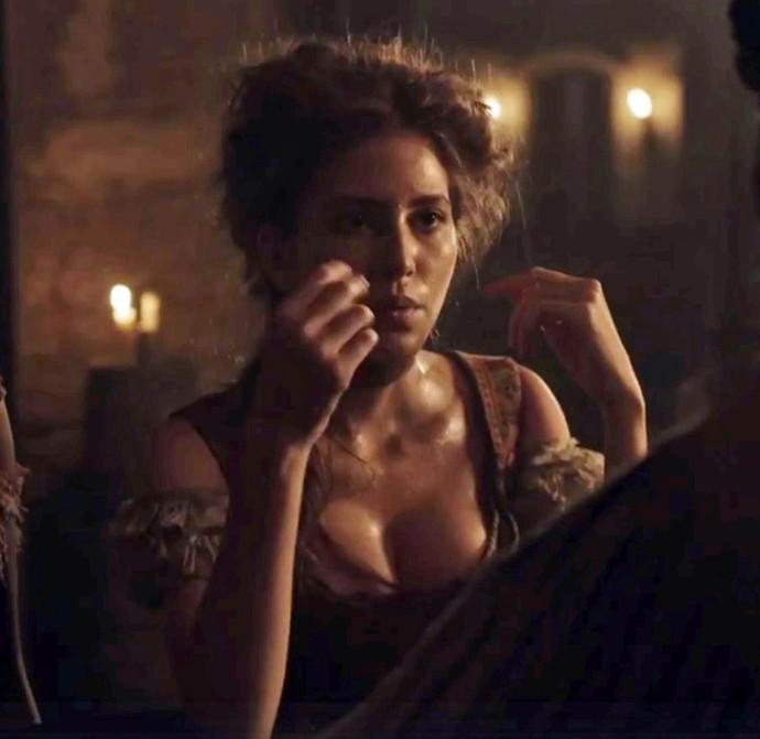 Hanna Romanazzi diz ter deixado a vaidade de lado para interpretar a personagem, que aparece na maior parte das vezes suja e suada (Foto: TV Globo)