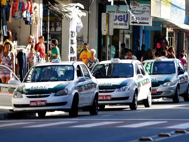 Táxis como os de Cariacica não podem fazer ponto em Vitória (Foto: Fernando Madeira/ A Gazeta)