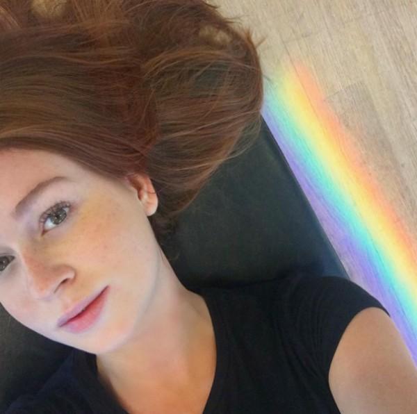 Marina Ruy Barbosa tira selfie com arco-íris ao lado (Foto: Reprodução/Instagram)