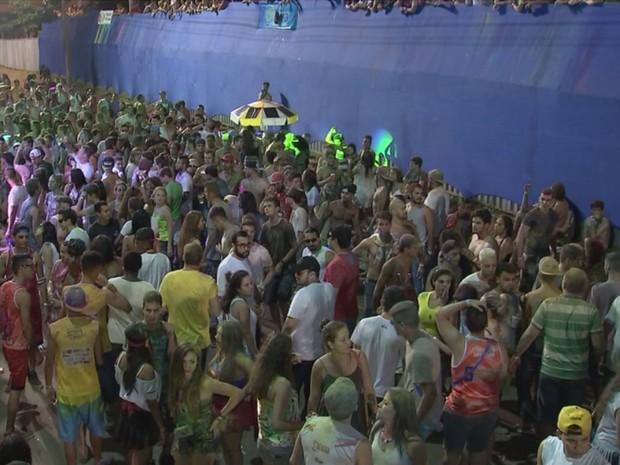 Cerca de 20 mil pessoas foram para avenida no último dia de festa (Foto: Reprodução/TV TEM)