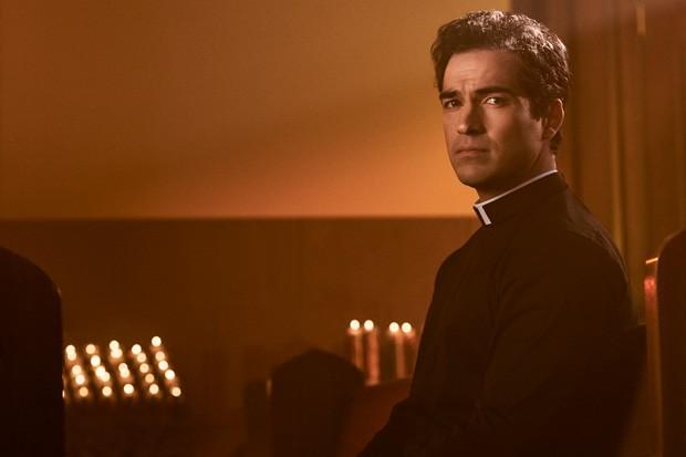 Alfonso Herrera como o padre Tomás Ortega (Foto: Divulgação)
