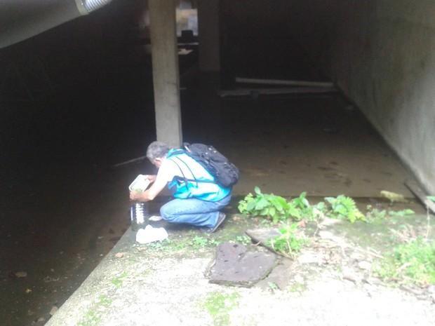 Agentes trabalham em obra abandonada no Grajaú (Foto: Divulgação/Secretaria de Saúde do Rio)