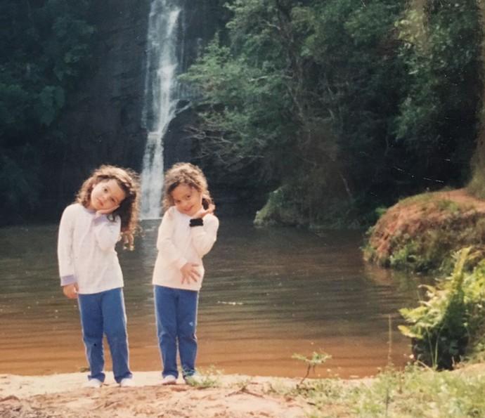 Mini Emiily e Mayla na cachoeira (Foto: Arquivo Pessoal)