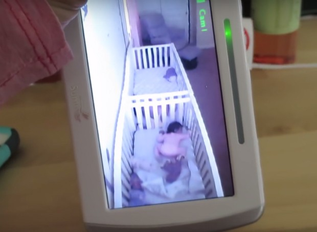 Bebês gêmeas fingem dormir ao ouvirem voz da mãe; assista ao vídeo