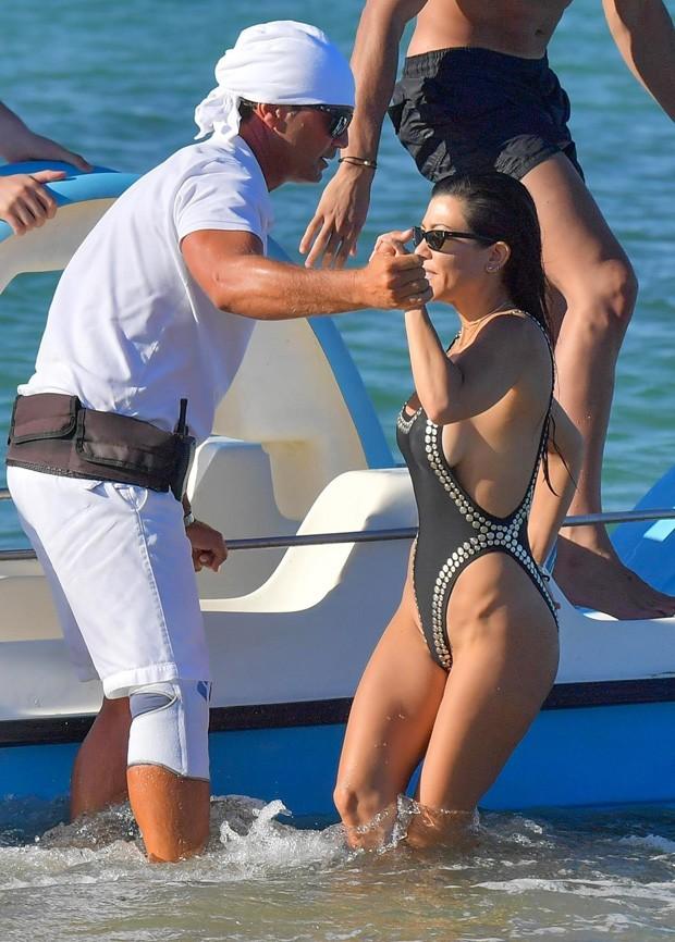 Kourtney Kardashian e Younes Bendjima (fundo) (Foto: AKM-GSI)