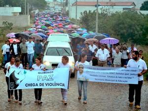 Multidão acompanhou enterro e pediu justiça pela morte do professor (Foto: Uoston Pereira/ Site Notícias de Santaluz)