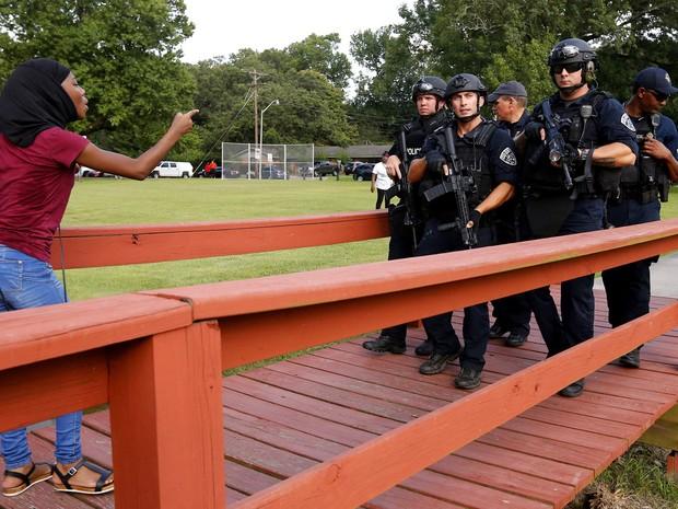 A polícia prendeu a maioria das pessoas por conta da obstrução de uma via pública (Foto: REUTERS/Jonathan Bachman)
