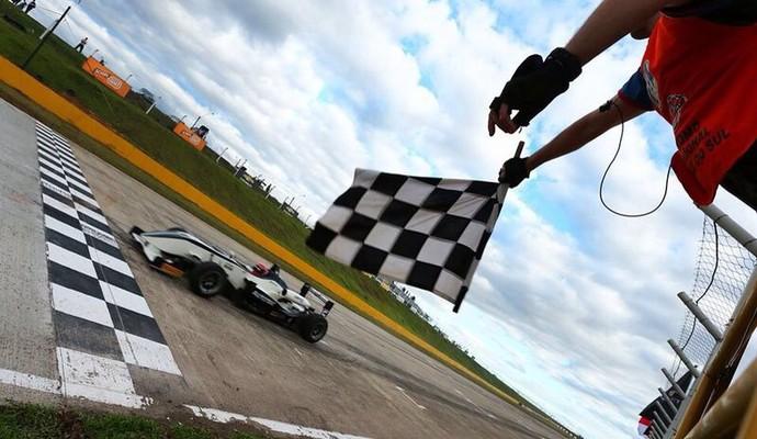 Pedro Piquet recebe bandeirada após liderar corrida de ponta a ponta (Foto: Luca Bassani / Divulgação)