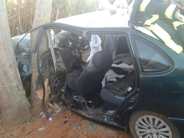 Carro bateu em uma árvore em uma estrada rural (Foto: Reprodução / TV TEM)