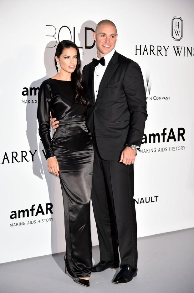 Adriana Lima e Joe Thomas no baile da amfAR, em Cannes (Foto: AFP)