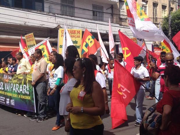 Manifestantes fazem caminhada em protesto na manhã desta terça (Foto: Natally Acioly/G1)