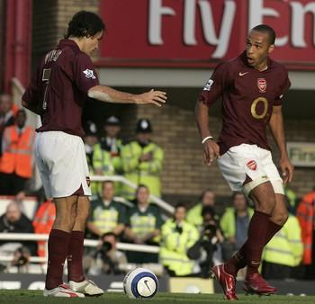 Robert Pires e Thierry Henry pênalti ensaiado Arsenal (Foto: Getty Images)