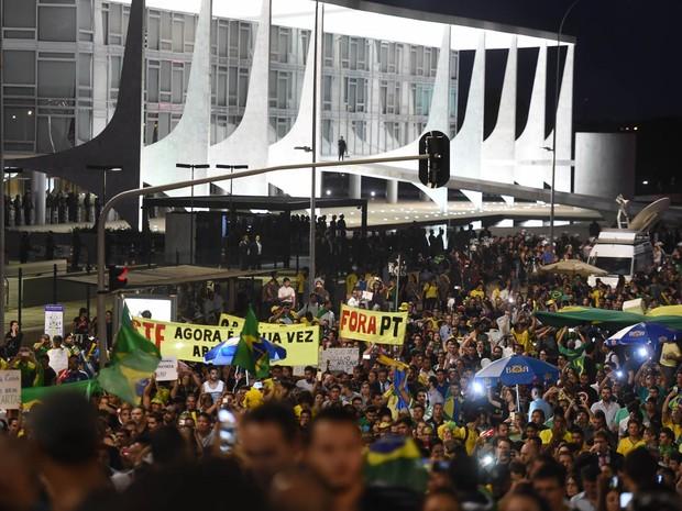Manifestantes contrários à nomeação de Lula como ministro saem da frente do Palácio do Planalto indo para a frente do Congresso Nacional, em Brasília (Foto: Evaristo Sá/AFP)