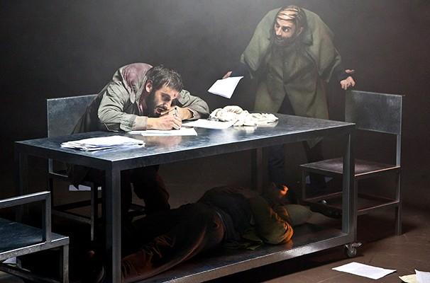 Daniel Infantini e Flavio Tolezani em cena de 'The Pillowman - O Homem Travesseiro' (Foto: João Caldas)