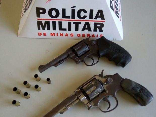 Armas apreendidas em casa no Santos Dumont II (Foto: Polícia Militar/Divulgação)