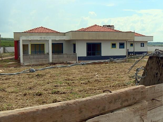 Creche está inacabada há cerca de 4 anos em Coqueiral (Foto: Reprodução EPTV)