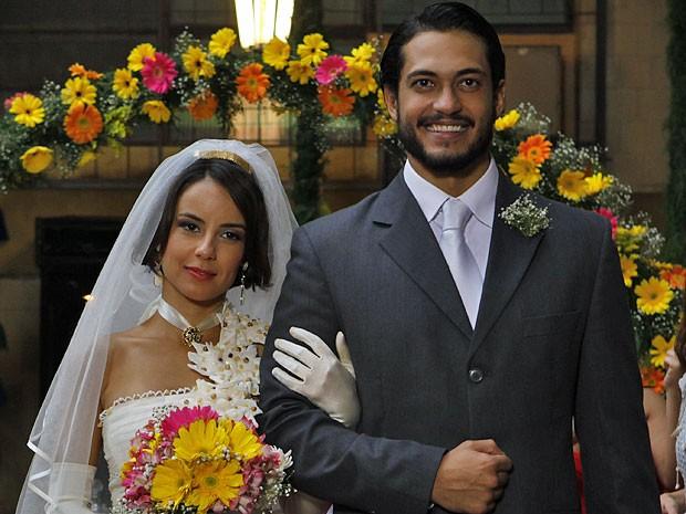 Josué consegue levar Valéria para o altar (Foto: Amor Eterno Amor/TV Globo)