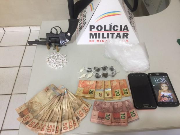Dinheiro, arma e drogas foram apreendidos com jovens em Iapu (Foto: Polícia Militar/Divulgação)
