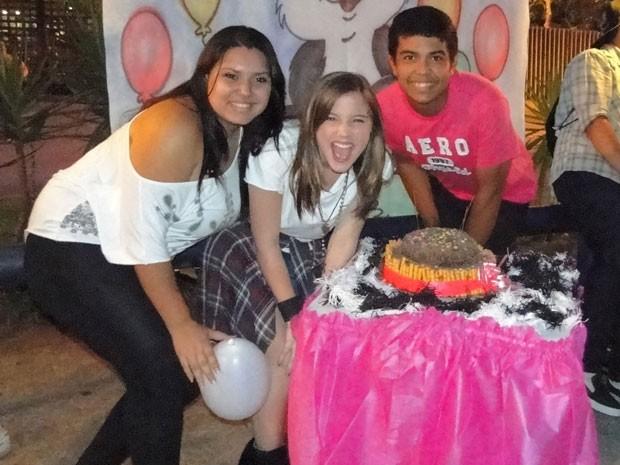 Alice exibe, toda orgulhosa, o bolo feito pelos seus fãs (Foto: Malhação / TV Globo)