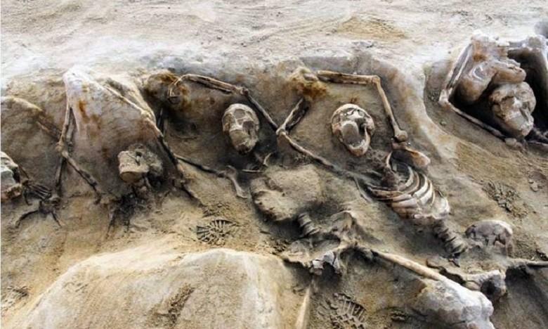 Esqueletos encontrados estavam acorrentados (Foto: Reprodução/AFP)