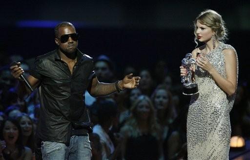 Em 2009, Kanye West subiu no palco enquanto Taylor Swift recebia o prmio do VMA (Foto: Jason DeCrow/AP)