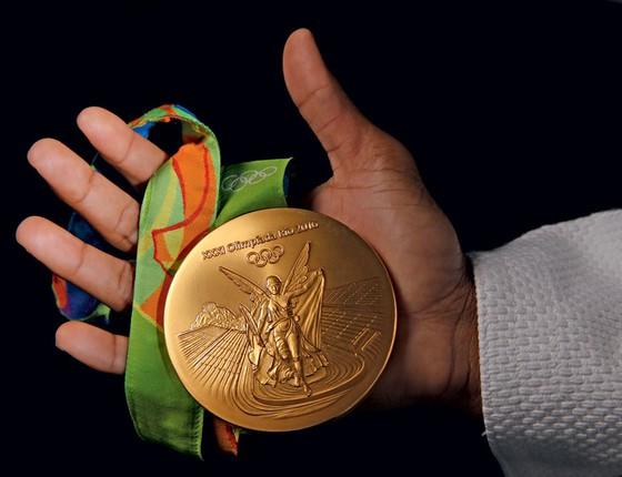 A medalhista Rafaela Silva segura medalha de ouro durante entrevista (Foto: Andre Arruda/ÉPOCA)