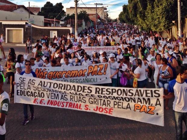 Caminhada foi realizada na tarde desta terça-feira pelas ruas de Araçuaí. (Foto: Guilherme Kokero)