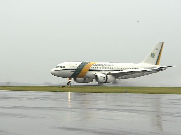 Avião de Temer chega a Chapecó (Foto: Reprodução/TV Globo)