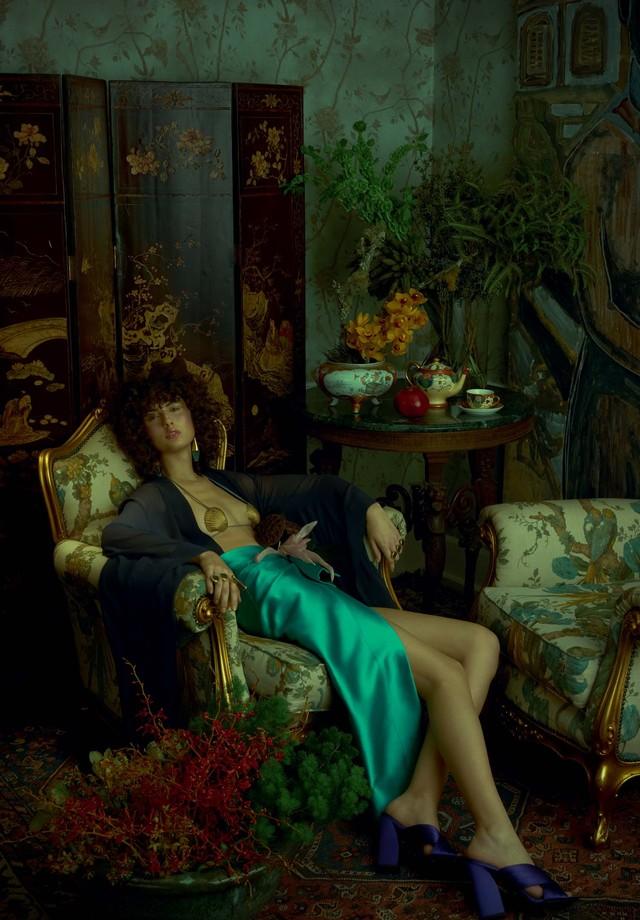 Para ambientes barrocos, a cor une brocados de móveis e até do papel de parede e cria sintonia em um ambiente cheio de texturas (Foto: Zee Nunes/Arquivo Vogue)