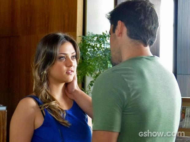 Bárbara fica tímida diante dos elogios de André (Foto: Em Família/ TV Globo)
